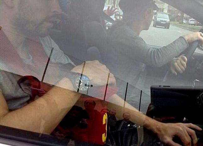 Shakira e Piqué transportam o filho ao colo